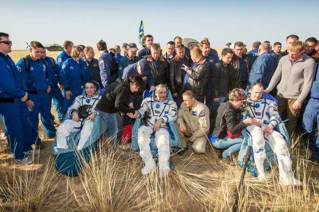 Chris Cassidy, Pavel Vinogradov and Alexander Misurkin receive assistance after their landing (Photo NASA/Bill Ingalls)