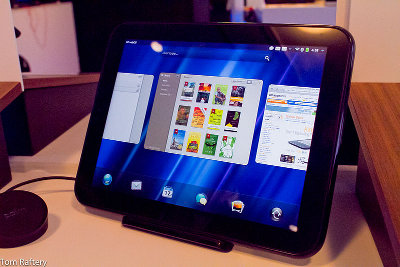 A HP TouchPad with webOS on a Touchstone