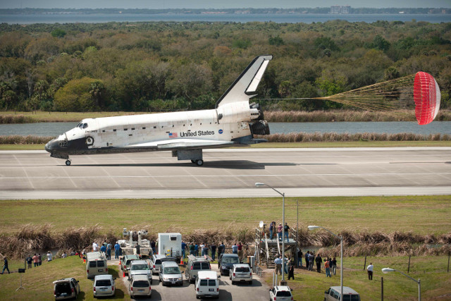 The Space Shuttle Discovery lands at the end of its last mission (photo NASA)
