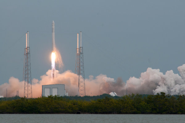 The liftoff of the Falcon 9 rocket carrying the Dragon spacecraft in its CRS-2 mission (Photo SpaceX)