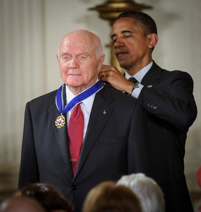 John Glenn receives from President Barack Obama the Presidential Medal of Freedom (Photo NASA/BILL INGALLS)