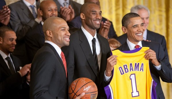 Kobe Bryant between Derek Fisher and President Barack Obama at White House in 2010