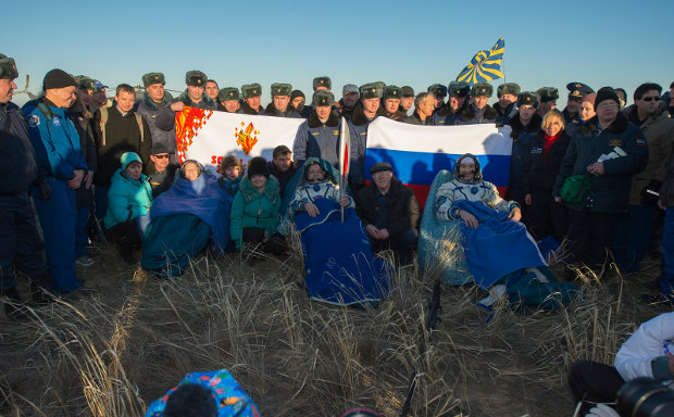 Karen Nyberg, Fyodor Yurchikhin and Luca Parmitano assisted right after landing in the Soyuz spacecraft (Photo NASA/Carla Cioffi)