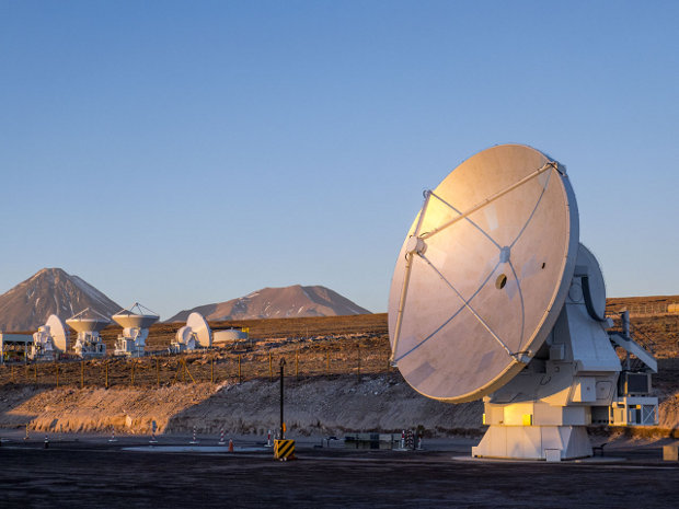 The final antenna for ALMA (Atacama Large Millimeter/submillimeter Array) (Photo ESO/C. Pontoni)