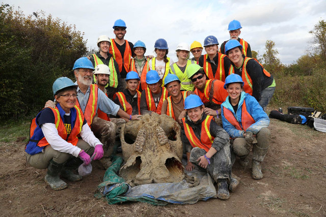 Daniel Fisher with his team and the mastodon skull (Photo courtesy Levi Stroud, Michigan News. All rights reserved)