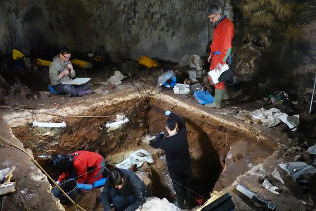 Excavation in the Galería de las Estatuas cave site (Photo courtesy Javier Trueba - Madrid Scientific Films. All rights reserved)